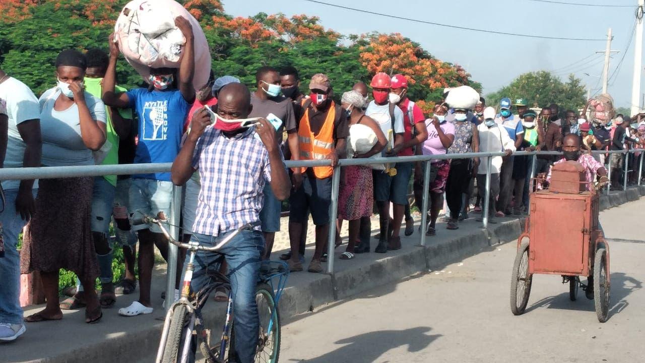 Haitianos cruzan a comprar productos en Dajabón