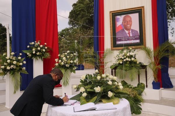 En la ceremonia de homenaje estuvieron juntos hombro con hombro el nuevo primer ministro, Ariel Henry, y su antecesor, Claude Joseph, que se abrazaron ante las cámaras.