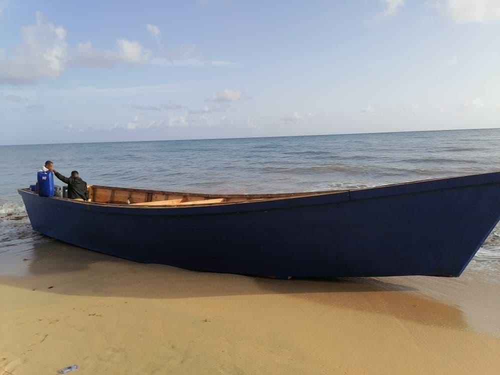 El grupo de haitianos detenidos viajarían en esta yola a Puerto Rico.