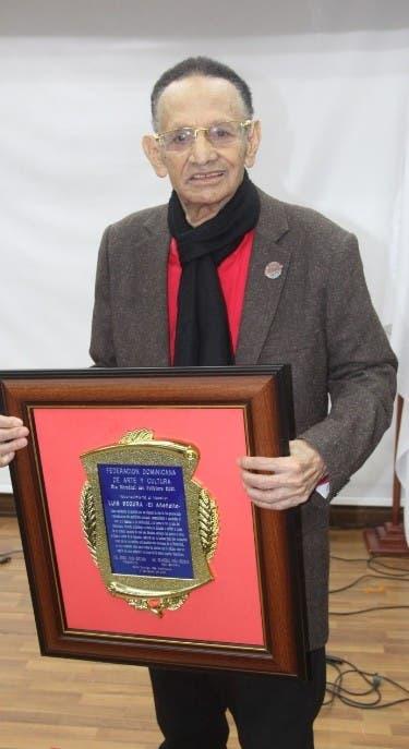 Luis Segura recibe reconocimiento