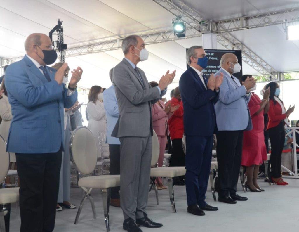El presidente Luis Abinder junto al ministro de Educación Roberto Fulcar en el acto de clausura del año escolar.