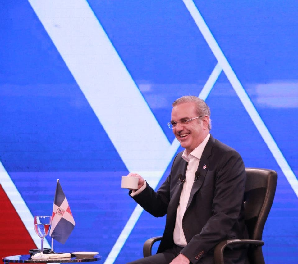El presidente Luis Abinader al ser entrevistado por los directores de medios que integran el Grupo de Comunicaciones Corripio.