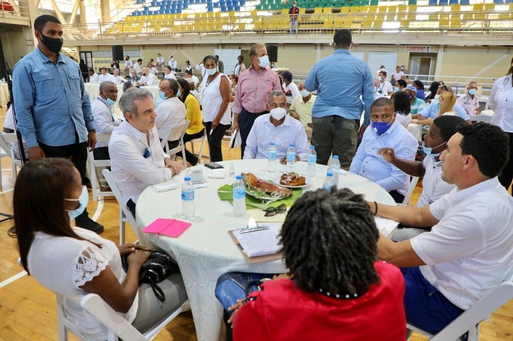 El presidente Luis Abinader se reunió este domingo con comunitarios y dirigentes de Azua donde anunció una serie de obras para esta provincia.