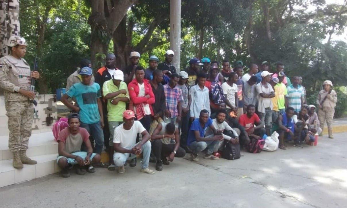 Detienen haitianos ilegales en autobús