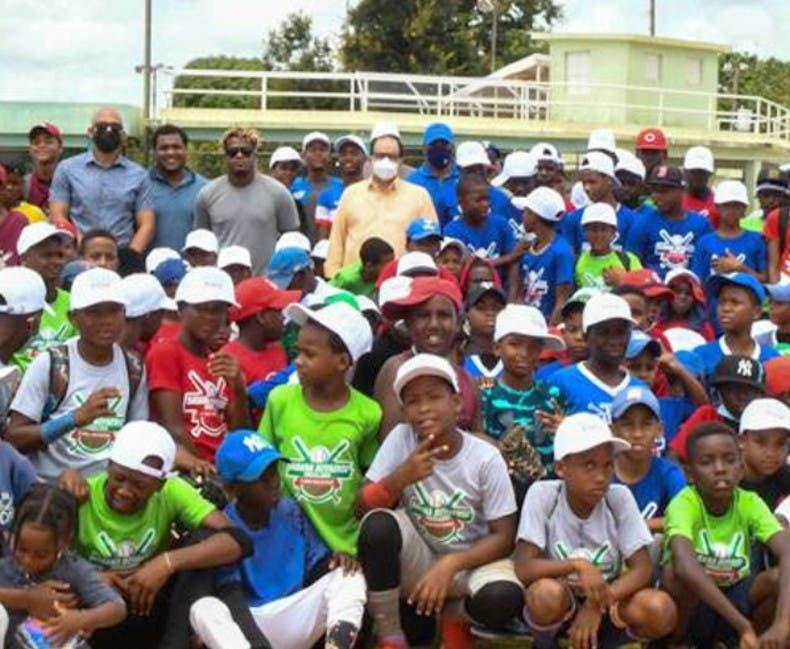 Peloteros dan clínica béisbol a niños Boyá