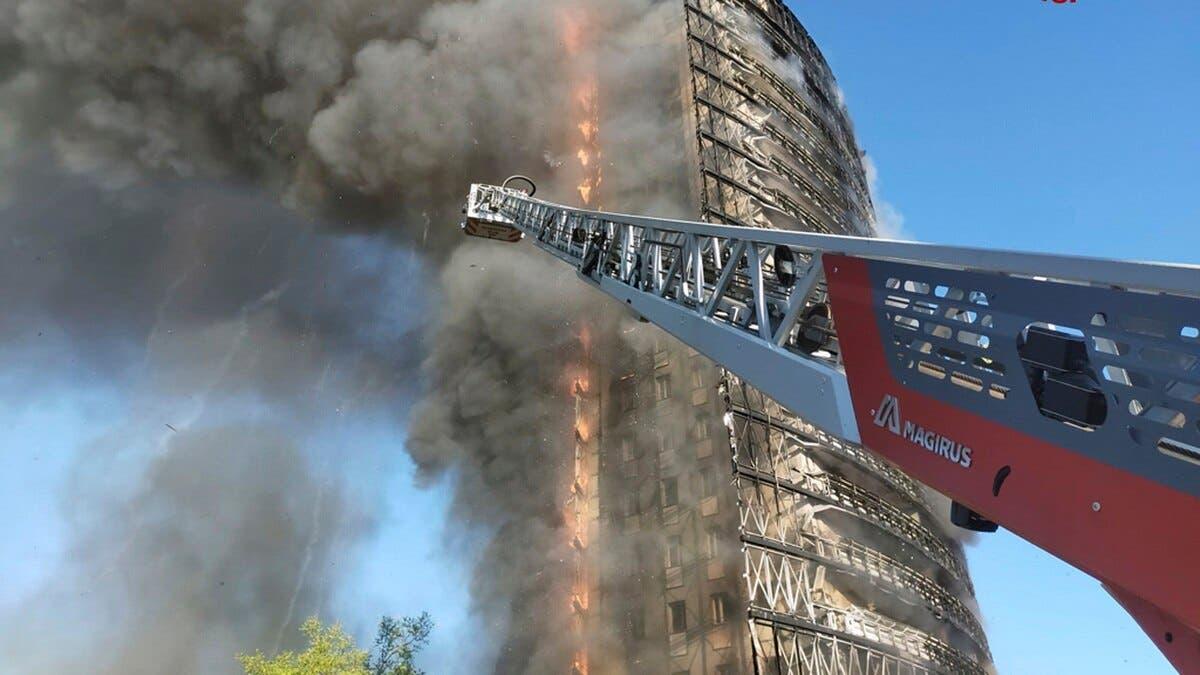 Bomberos combaten incendio en un rascacielos en Milán