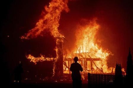 Al menos 8 desaparecidos zona afectada por incendio en California