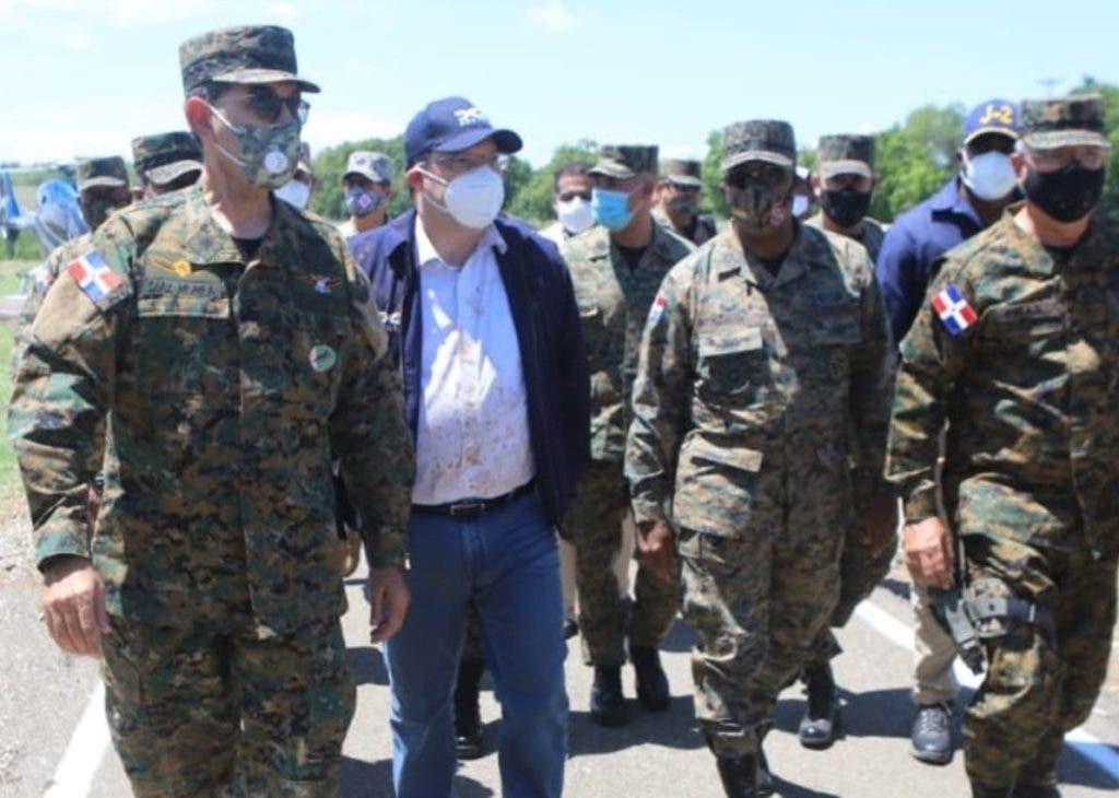 El ministro Carlos Luciano Díaz Morfa en un recorrido por la frontera, en donde afirmó que los haitianos están entrando a territorio dominicano.