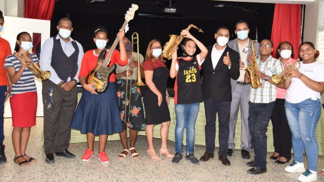 Minerd entrega instrumentos musicales a estudiantes de Modalidad en Artes