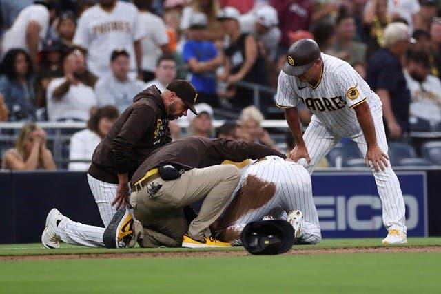 Fernando Tatis Jr. cae de dolar al lesionarse otra vez el hombre izquierdo.
