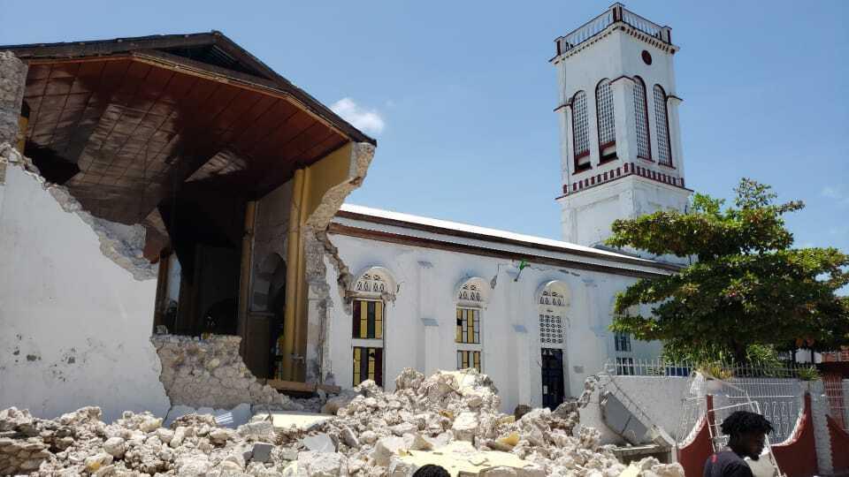 La iglesia del Sagrado Corazón sufre daños tras un terremoto en Les Cayes, Haití, este sábado 14 de agosto 2021. (Foto AP / Delot Jean)