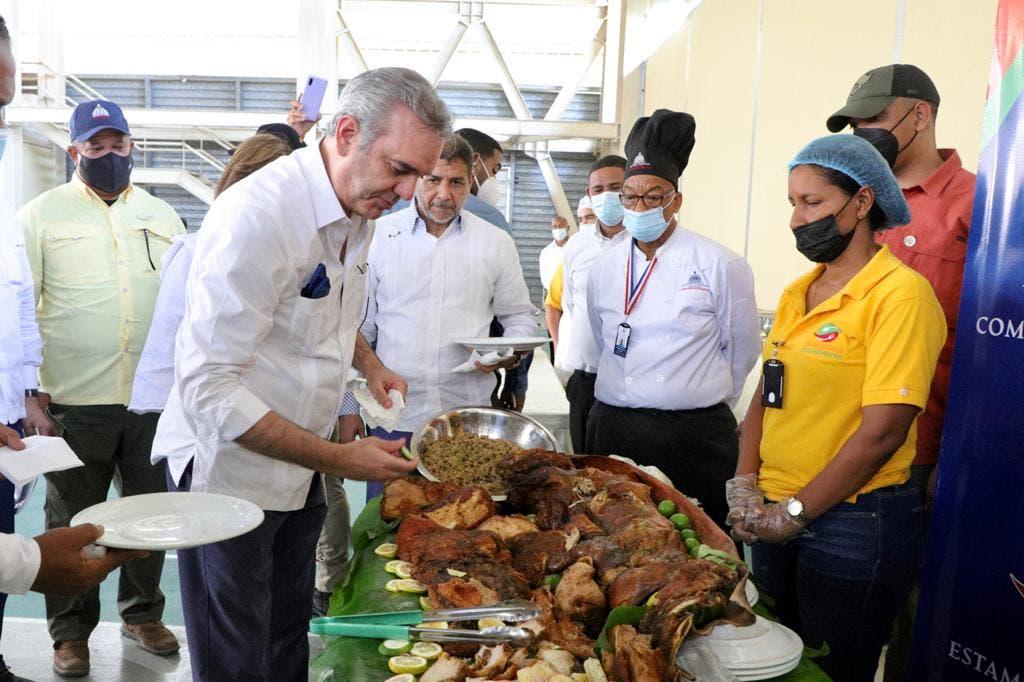 Luis Abinader tras terminar la reunión con agricultores, ganaderos y juntas de vecinos en Azua, comió carne de cerdo para demostrar que la carne no afecta a los humanos a pesar del brote de la Peste Porcina que hay en el país.