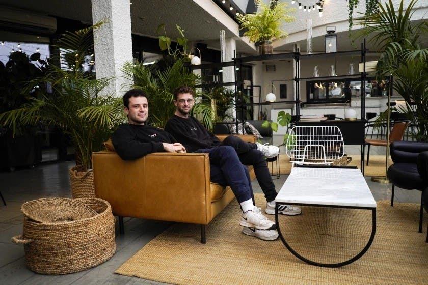 Los cofundadores del app Stint, los hermanos Sam y Sol Schlagman, están sentados en las oficinas de su compañía en Camden, Londres El app ayuda a la gente a encontrar empleos breves en diversas posiciones.(ASSOCIATED PRESS)