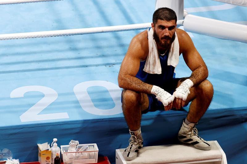 Boxeador se sienta una hora en ring en protesta