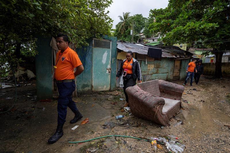 Rescatistas caminan por un área afectada por las lluvias e inundaciones causadas por Grace en Santo Domingo. El Centro de Operaciones de Emergencias (COE)  informó el lunes de que 1.375 personas se desplazaron de sus hogares a causa de las lluvias. EFE/ Francesco Spotorno