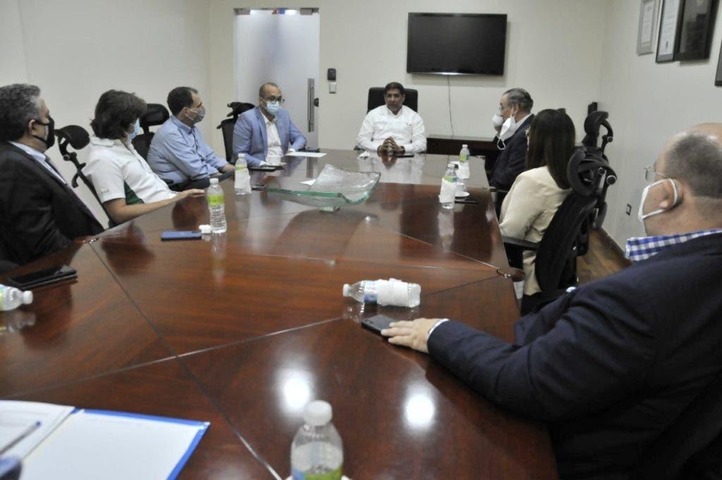 El ministro de Agricultura y representantes de los supermercados se reunieron ayer para garantizar el abastecimiento de pollo en todos sus establecimientos.