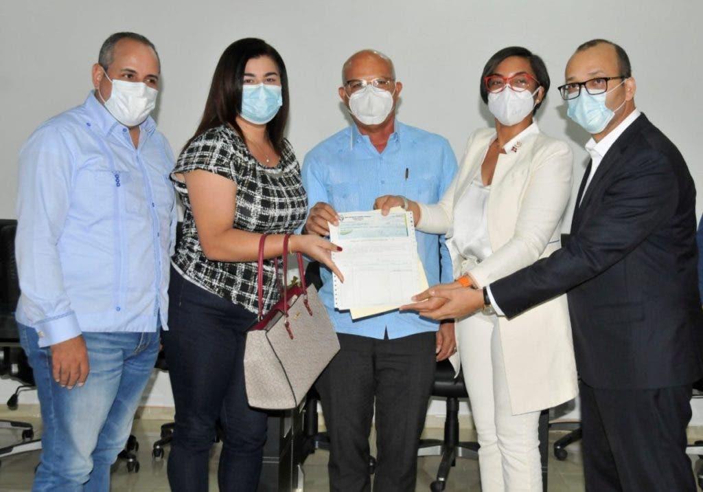 Porcicultores de Montecristi y Dabajón reciben sus compensaciones por los cerdos sacrificados por la peste porcina.