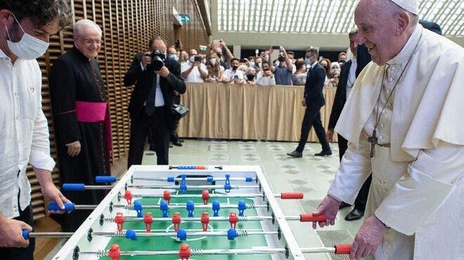 El papa juega al futbolín con los fieles