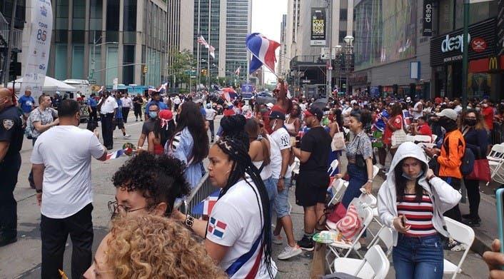 La gentese lanzo a la calle a disfrutar del Desfile Dominicano en Nueva York