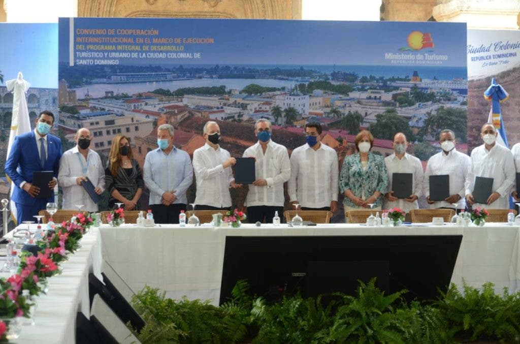 El presidente Luis Abinader  encabezó esta mañana la firma de un acuerdo entre el Ministerio de Turismo (MITUR) y más de seis instituciones del Estado y del sector privado para la ejecución del  Programa Integral de Desarrollo Turístico y Urbano de la Ciudad Colonial de Santo Domingo, con una inversión de 90 millones de dólares, con  financiamiento del Banco Interamericano de Desarrollo (BID).
