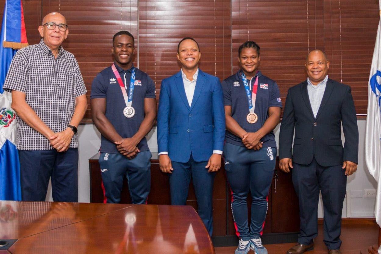 Medallistas olímpicos visitan Edesur para agradecer apoyo