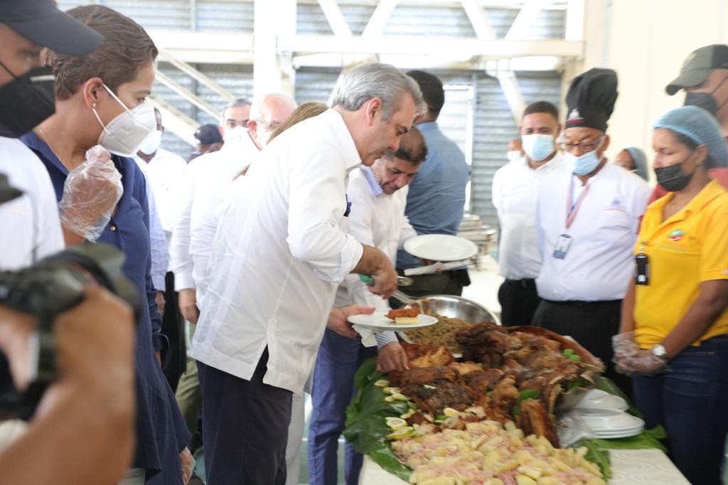 El presidente Luis Abinader luego de terminar este domingo una reunión con agricultores, ganaderos y juntas de vecinos en Azua, comió carne de cerdo para demostrar que la carne no afecta a los humanos a pesar del brote de la Peste Porcina que hay en el país.