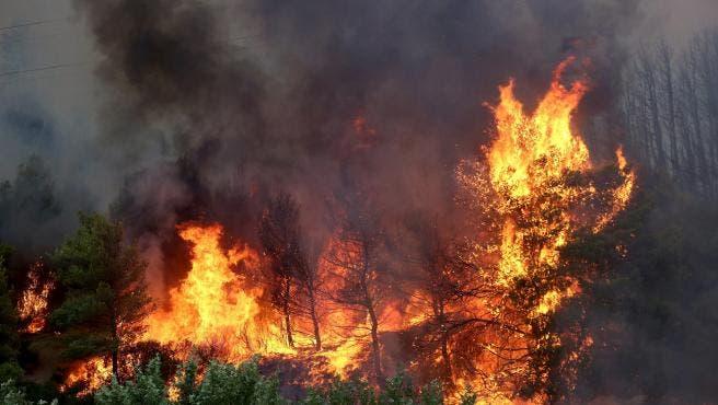 Bomberos trabajan incendio al noroeste de Atenas