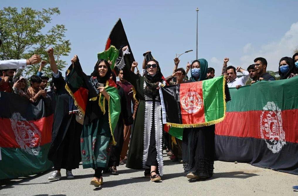 Mujeres afganas desafían a talibanes exigiendo sus derechos