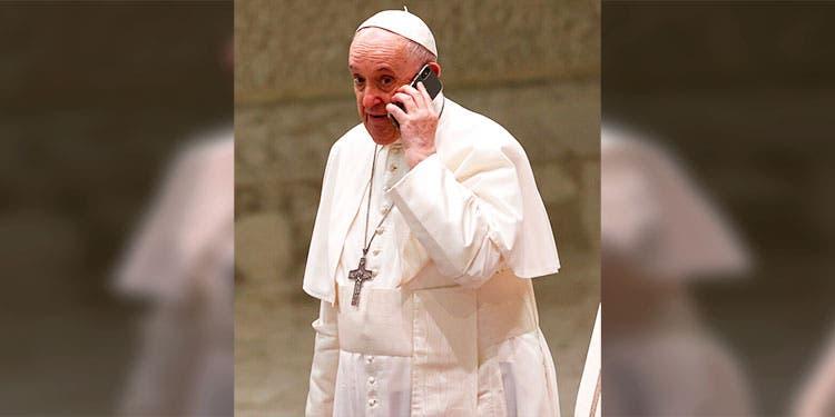 El papa intriga con misteriosa llamada en público