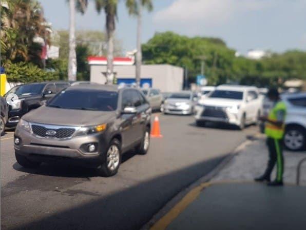 Jueza estaciona vehículo en medio de vía porque su parqueo estaba ocupado