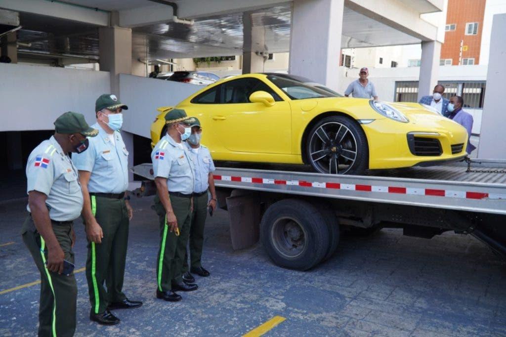 En las redes sociales circula un video, grabado en la a avenida Abraham Lincoln, en Piantini, donde se observa cuando los agentes tratan de fiscalizar al conductor de un Porsche, quien no atendió al llamado y emprendió la huía.