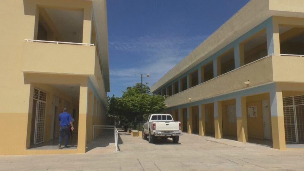 Una de los dos escuelas a donde serían transportados los estudiantes para recibir una computadora.