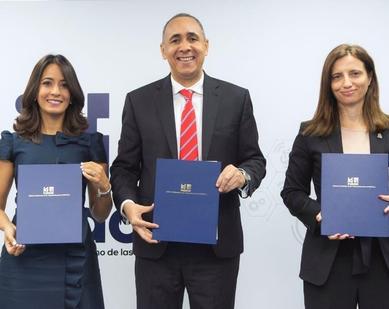 Indotel firma contratos con concesionarias