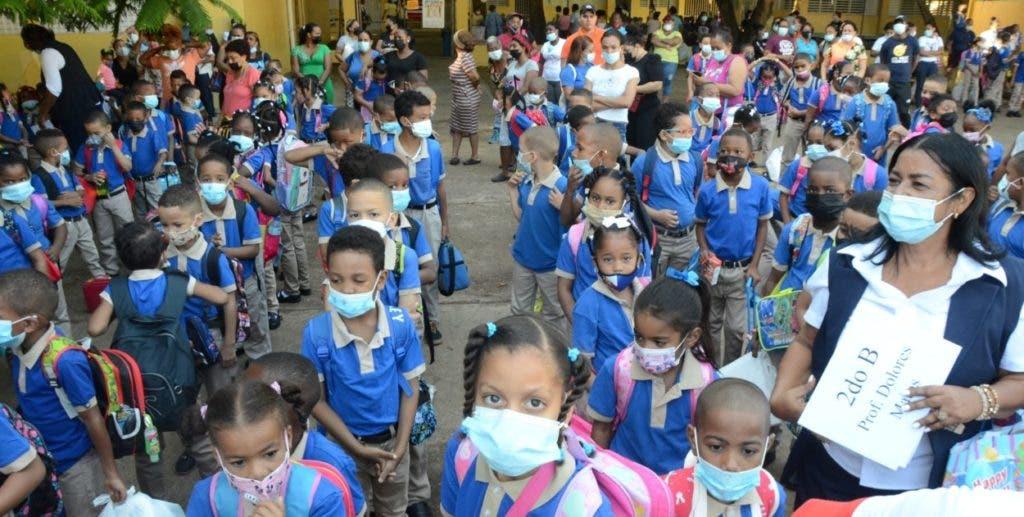 Cientos de niños se forman esta mañana en la escuela República Dominicana, de la capital, para entrar a las aulas en el inicio del año escolar 2021-22.