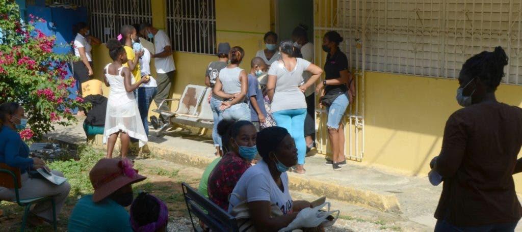 Padres de  alumnos  escuela Rafaela Santaella, en El Café,  Herrera,  esperan turno hoy para reinscribir a sus hijos. Clases no han iniciado allí porque aún se trabaja en reparación plantel.  jorge gonzález