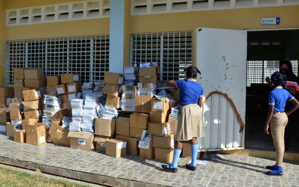 Como basura; miles de cuadernillos escolares se encuentran todavía hoy tirados en  pasillos y  escaleras  de la Escuela Patria Mella, en Alma Rosa, Santo Domingo Este. Anteriormente estuvieron almacenados en un aula que usaba el distrito escolar de esa demarcación. Todavía hay muchas escuelas que no están en condiciones de impartir docencia.