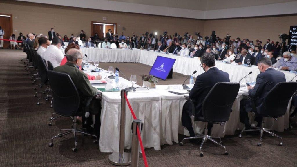 Los representantes de las diferentes organizaciones políticas y sociales que asisten al Diálogo Nacional convocado por el presidente Luis Abinader.