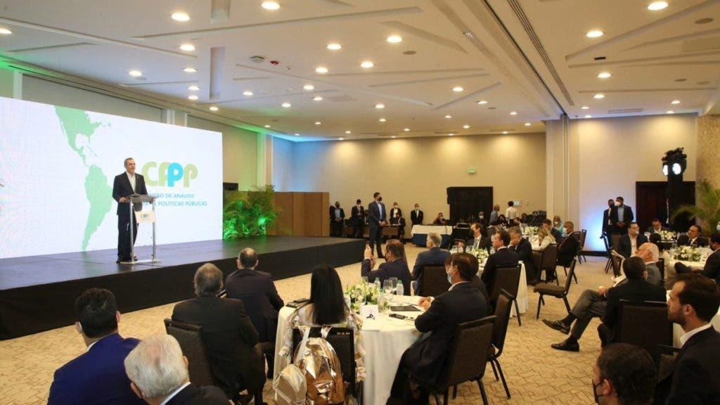 El presidente Luis Abinader habla en la apertura del foro de análisis político de políticas públicas.