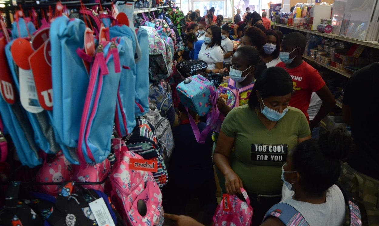 Padres abrumados por altos precios de los  útiles escolares