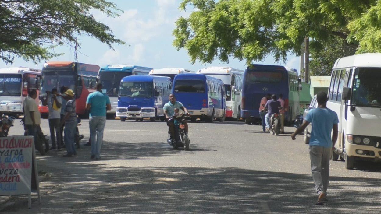 Critican alquilen autobuses para mover estudiantes en Pedernales