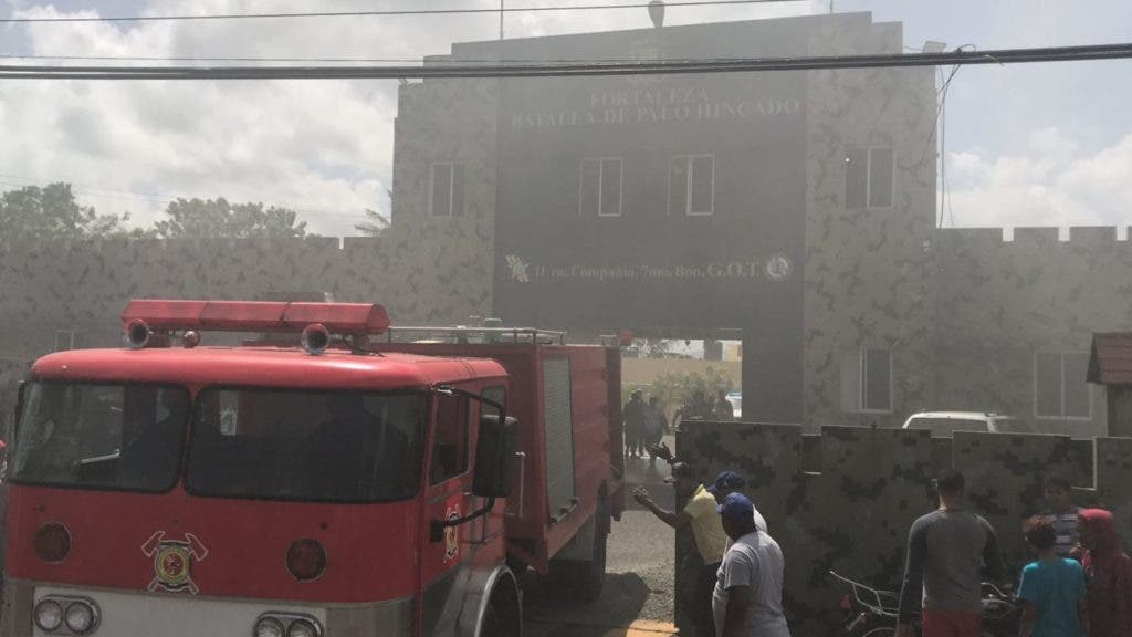 Una unidad del cuerpo de bomberos de Cotuí llega a la cárcel que funciona en la fortaleza Palo Hincado para sofocar un fuego creado durante un motín por los reos del penal.