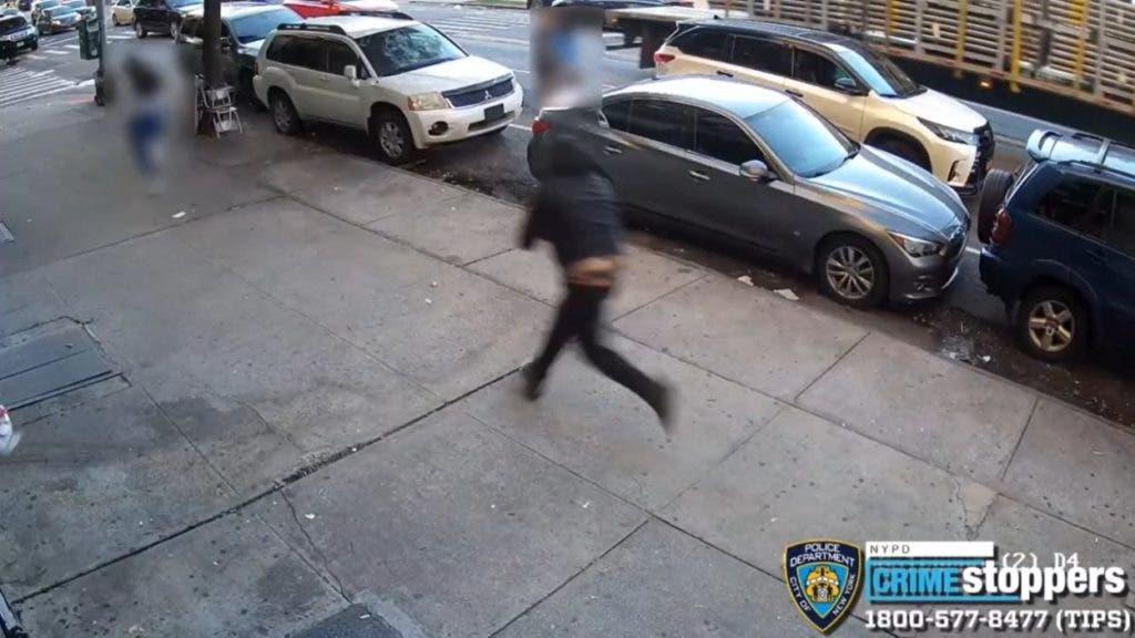En una fotografía tomada de un vídeo se observa cuando el joven corre desesperadamente para evitar el intento de secuestro, logrando que su raptores no lo alcanzaran, pero si recibió un balazo en el hombro izquierdo y otro en el muslo.