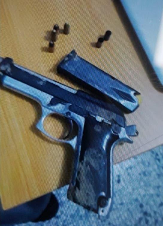 Arma ocupada a los dos hombres heridos por un cabo de la Policía durante un intento de asalto