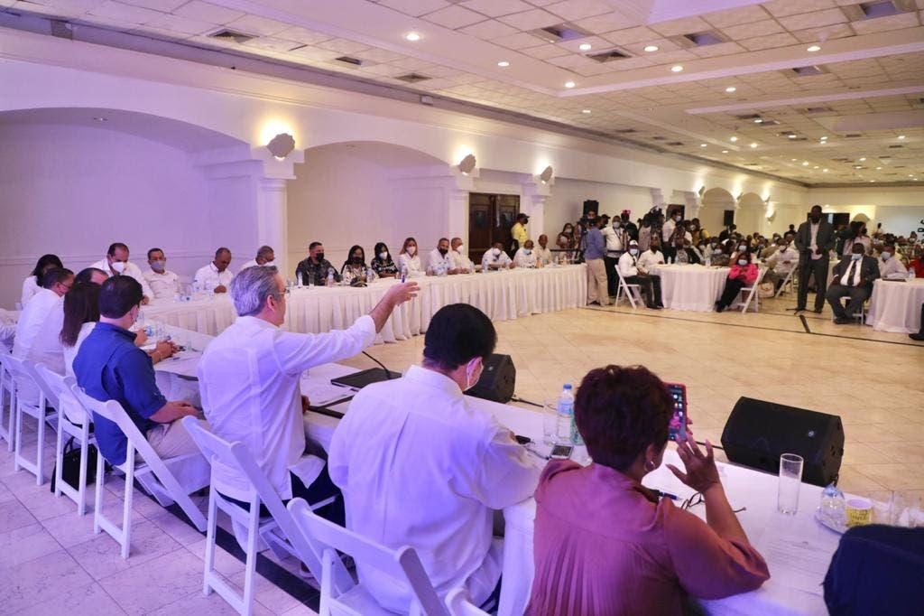 El presidente Luis Abinader tras reunirse con juntas de vecinos de Boca Chica y La Caleta anunció el inicio de los trabajos de levantamiento parcelarios para el saneamiento de 10,700 títulos de propiedad en diferentes lugares de esta comunidad.