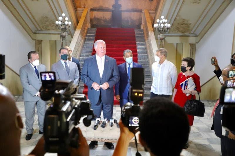 Congresistas estadounidenses resaltaron ayer la  buena gestión del presidente Luis Abinader en materia económica, lucha contra la corrupción y manejo de la covid-19.