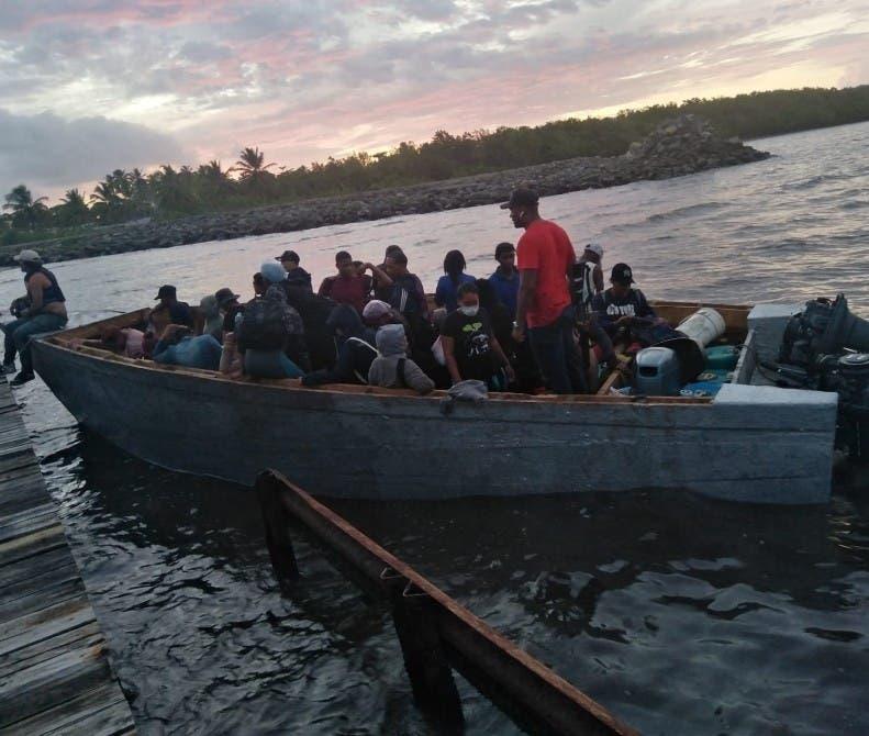 Apresan 64 viajarían en yola Puerto Rico