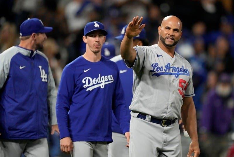El dominicano Albert Pujols, de los Dodgers de Los Ángeles, agradece al público tras el juego de 10 entradas que su equipo ganó a los Rockies de Colorado el martes 21 de septiembre de 2021 (AP Foto/David Zalubowski)