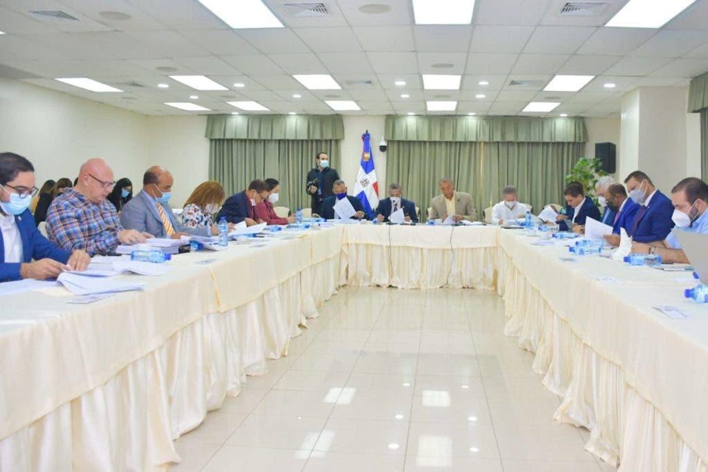 La Comisión Bicameral que tiene a su cargo el estudio del proyecto de modificación del Código Penal continúa el estudio de la pieza legislativa. Antonio Taveras pide que el Código penalice los partidos políticos.