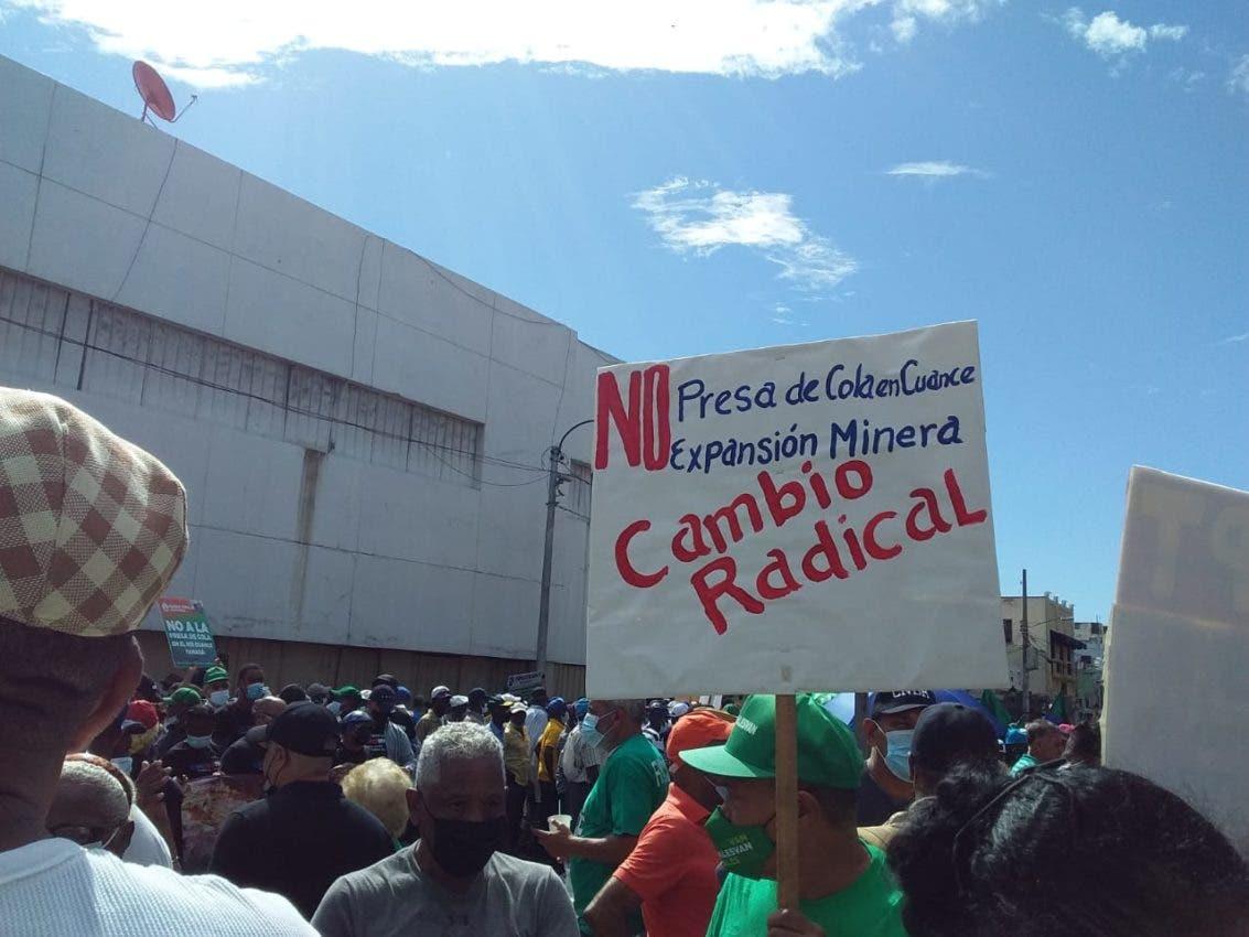 Miles marchan al Palacio Nacional contra la Barrick