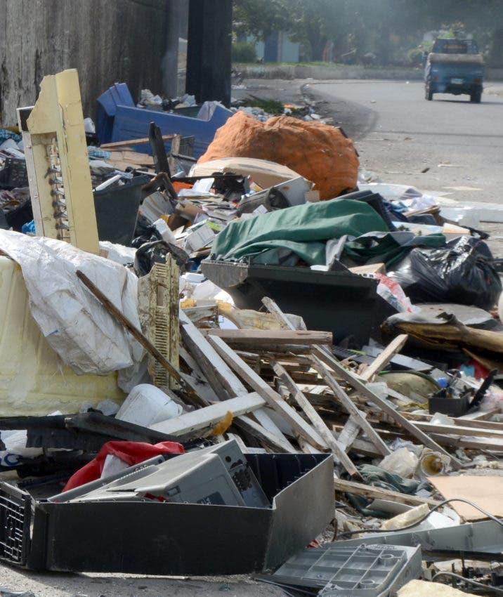 Acumulación de basura lanzada diariamente miles de negocios formales e informales en las vías públicas.